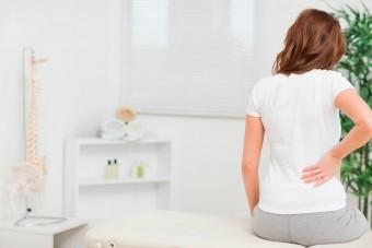 Болит поясница при беременности на раннем сроке: почему тянет спину, что делать