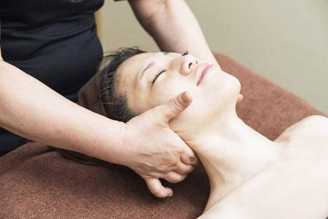 Массаж при остеохондрозе шейного отдела позвоночника, самомассаж шеи в домашних условиях
