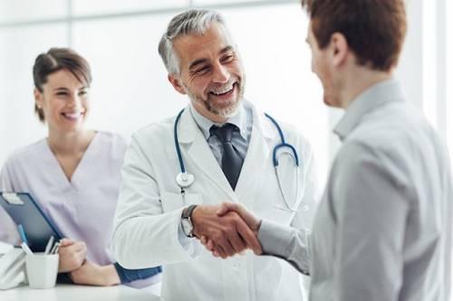 Болит спина в области почек: симптомы боли, почему тянет поясницу