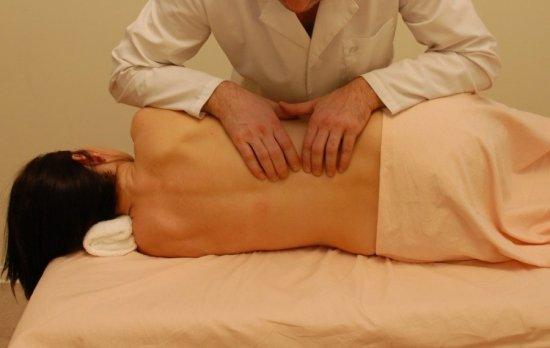 Болит спина после массажа: это нормально или нет, причины синяков и болей