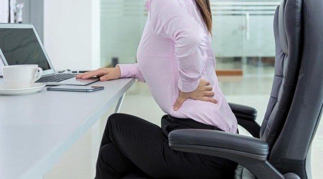Боль в пояснице слева у женщин, причины почему болит внизу спины