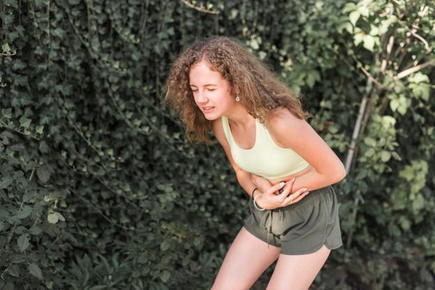 Опоясывающая боль в области желудка и спины (в пояснице, под ребрами): причины, лечение