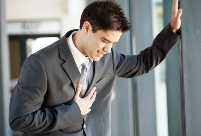 Боль в грудине посередине и отдает в спину, почему болит грудная клетка