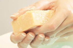 Хозяйственное мыло от вшей и гнид: можно ли вывести паразитов, отзывы, состав, инструкция по применению, какая форма выпуска подойдет для борьбы с педикулезом