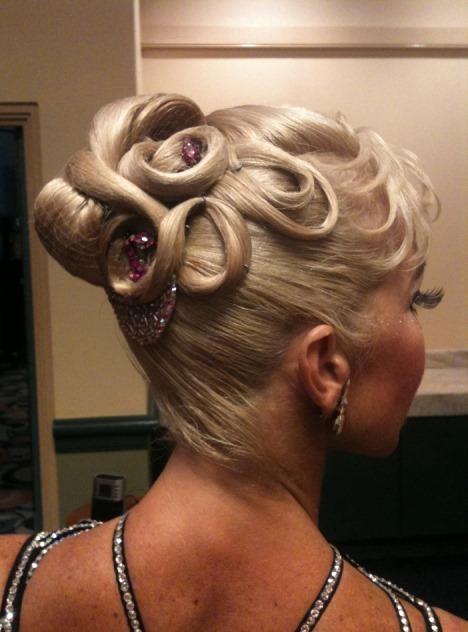 Испанские прически: фото укладок для испанского танца, традиционные варианты женских и мужских причёсок, стрижек — узел и другие, кому они подойдут, варианты на разную длину волос, звездные примеры