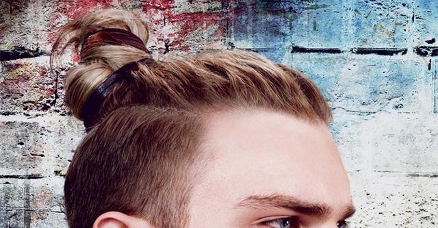Мужская прическа с хвостиком: фото, модные варианты стрижек с конским хвостом на макушке и на затылке — мусорный пакет, мешок, с выбритыми висками, хохолок, пучок, узел, андеркат, с резинкой, какие подойдут для отращивания, как собрать волосы самостоятельно, как называется эта укладка и как её сделать