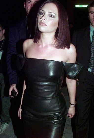 Прически Виктории Бекхэм: фото короткой стрижки звезды со всех сторон и сзади, как менялся стиль — от боб каре до блондинки, как выглядит сейчас, смотреть видео с похожими укладками