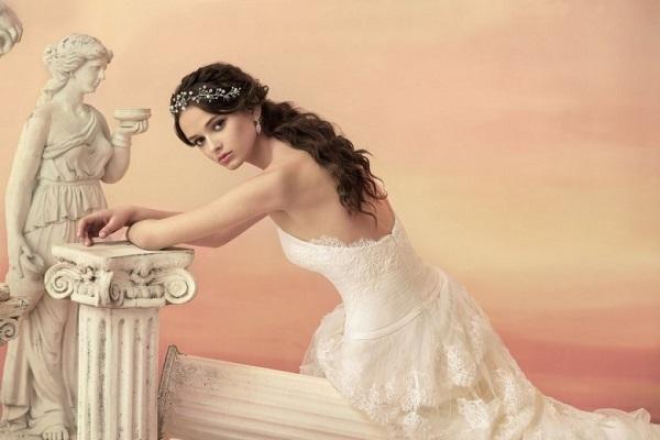 Греческая коса: как плести свадебную прическу на бок, из локонов, с повязкой на длинные, средние волосы, пошаговая инструкция с фото, особенности стиля, кому и для каких случаев подходит укладка, интересные варианты исполнения, плюсы и минусы, примеры знаменитостей