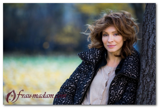 Причёска как у Вики из Кухни: фото стрижек Елены Подкаминской в разные годы карьеры и сейчас, из сериала ИП Пирогова, с короткими волосами, как называется самая известная причёска звезды