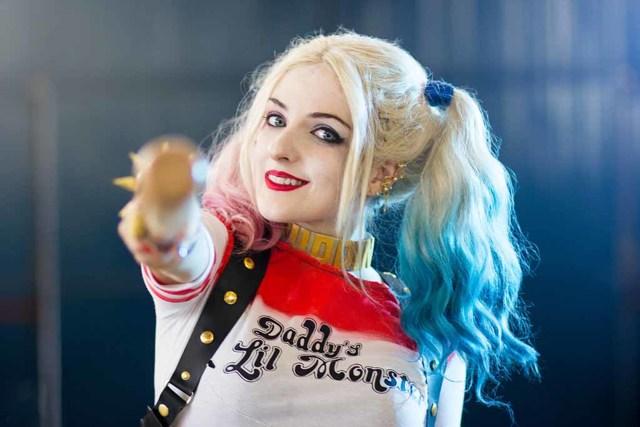 Мила Кунис внезапно стала блондинкой «в стиле Харли Квинн»: актриса перекрасилась в блондинку, однако больше поклонников изумили кончики ее волос