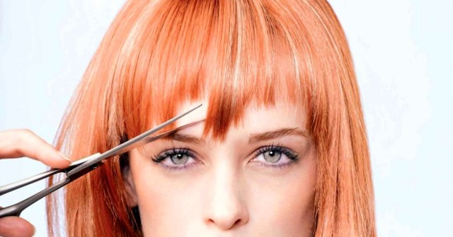 Косая челка: как подстричь самой на средние, длинные, короткие волосы, фото стрижек, как правильно сделать боковую, наискосок, удлиненную, филированную, с уголком, наискось, густую, кривую, редкую, скошенную, закрывающую один глаз и другие виды самостоятельно в домашних условиях, кому идет, подходит ли для круглого, квадратного лица, как уложить на бок, как выстричь полукругом