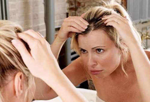 Темные корни и светлые волосы, фото причесок, как создать эффект отросших корней с затемнением у блондинок, окрашивание корней в темный цвет в домашних условиях с плавным переходом