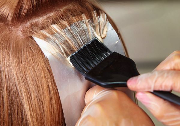 Редкое мелирование: частичное окрашивание с челкой, кончиков волос, щадящее, легкое, редкое и поверхностное, фото на темные, русые волосы, покраска перьями