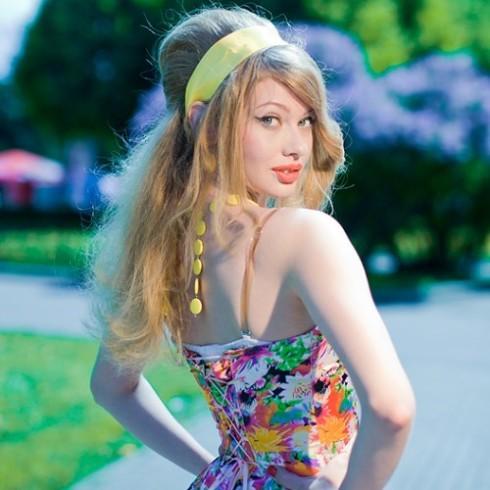 Прически в стиле стиляги: как делать женские укладки на длинные, короткие, средние волосы в домашних условиях, фото девушек, маленьких стиляг, как выглядит их одежда, макияж, украшения на голову — повязка, лента
