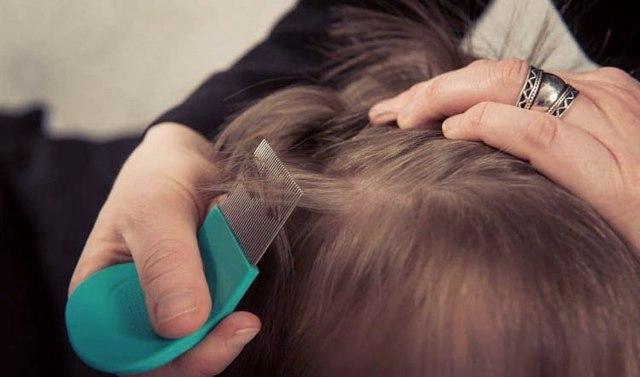 Можно ли мыть голову дегтярным мылом от перхоти, полезно ли, отзывы о том помогает ли средство против себореи, правильный способ применения для волос