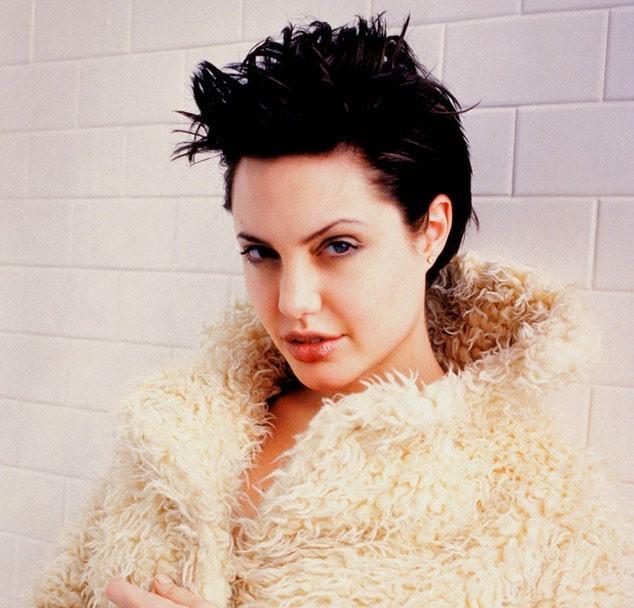 Стрижки и прически Анджелины Джоли: с челкой, фото короткой стрижки, брюнетки, какой цвет волос, каре и другие прически, как сделать модель как у актрисы в фильме турист, природные внешние данные, как менялся образ на протяжении лет, самая известная укладка