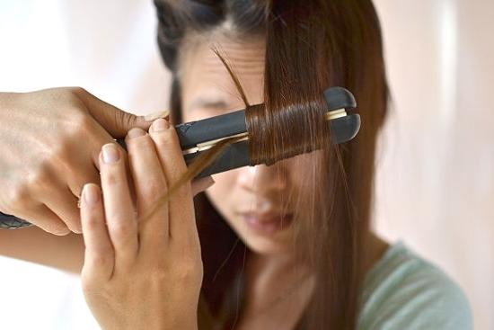 Как выпрямить волосы без утюжка и фена: как быстро выровнять локоны, челку, кончики без вреда в домашних условиях, лучшие средства, спреи для гладкости без выпрямителя