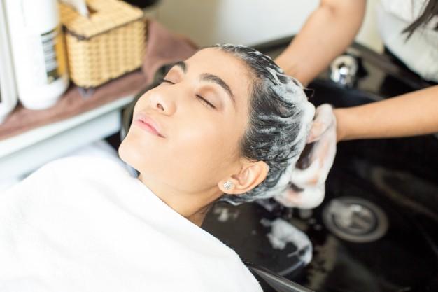 Нужно ли мыть голову перед мелированием: на чистые или грязные волосы лучше делать милировку, можно ли вообще делать окрашивание на чистые волосы