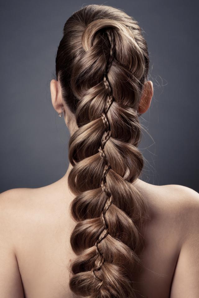 Свадебные прически с косами: красивые укладки для невесты на свадьбу на длинные, средние волосы с фото, особенности плетений для торжества, правила выбора модели, варианты для различных стилей