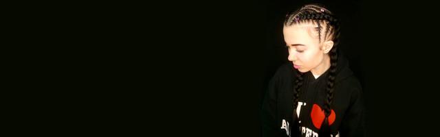 Прически с канекалоном: плетение боксерских кос и сенегальских косичек самостоятельно, фото и видео как заплетать поэтапно, сколько стоит в салоне, где купить цветные искусственные накладные пряди, техника причесок с выпущенными, вытянутыми прядями