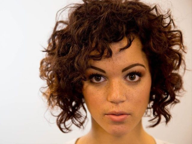 Прически с прямыми волосами: красивые женские укладки на средние, длинные черные, распущенные пряди без челки, кому идут стрижки градуированные, каре боб, фото для девочек, легкие, вечерние, стильные варианты до плеч, на густые светлые, тонкие, короткие, тяжелые локоны, для девушек с круглым лицом, подробный обзор моделей, советы стилистов