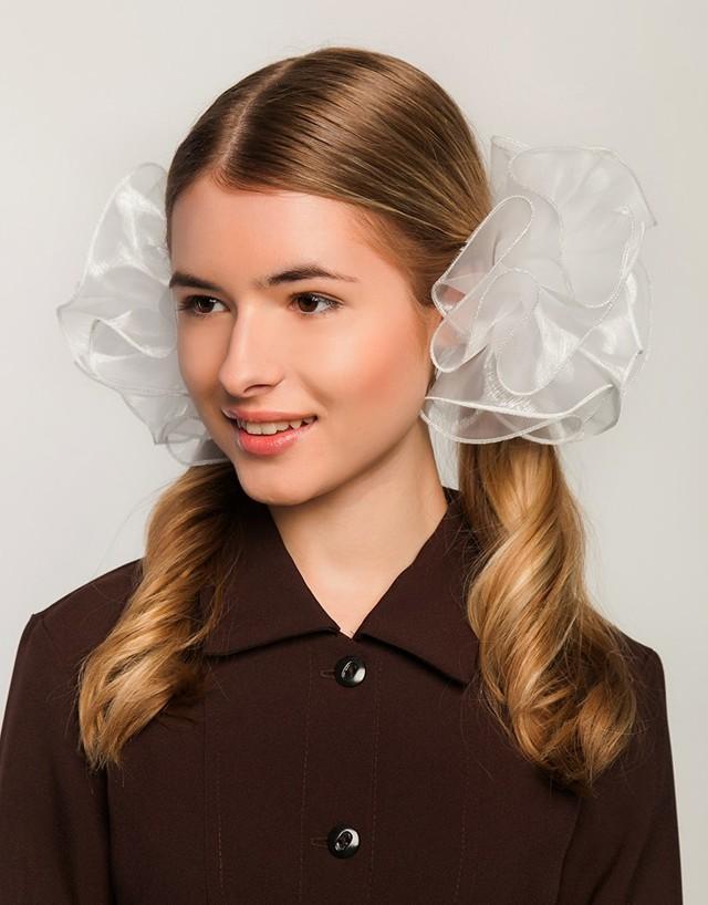 Прически с белыми бантами: как красиво завязать на голове, простые укладки на волосах для девочек и женщин с 2 косами, локонами, хвостом, общая техника выполнения модели, кому подходят, самые популярные варианты на разные случаи жизни, фото
