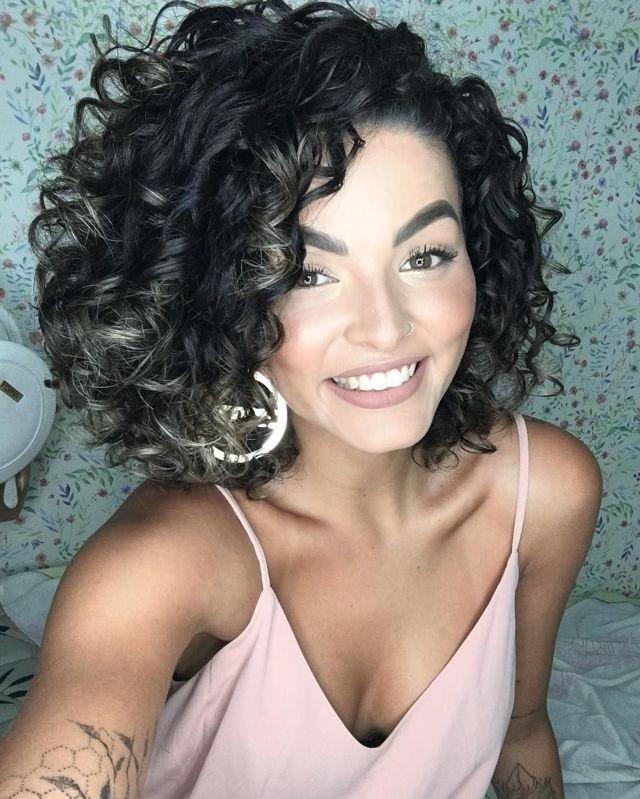 Каре на волнистые волосы: фото удлиненной стрижки на вьющиеся, пышные, кучерявые, короткие, средней длины локоны с челкой и без, женская прическа с удлинением, как выглядят накрученные волны, кому подходит