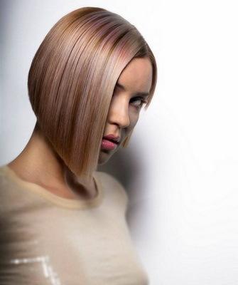 Зализанные волосы: женская прическа с прилизанными назад прядями, как зачесать, оставить открытым лоб женщине, кому идут собранные локоны, как красиво убрать, сделать укладку девушке, короткая стрижка с зачесом, как добиться эффекта мокрых прядей