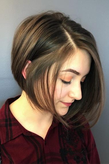 Каре на ножке: фото стрижки с челкой, удлинением, выбритым, поднятым затылком, как стричь короткую, асимметричную прическу на тонкие, вьющиеся волосы с бритой шеей, подходит ли для круглого лица, как выглядит сзади, видео как укладывать