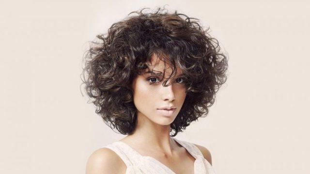 Стрижки на вьющиеся волосы: фото модных женских причесок на кучерявые густые локоны, укладка в домашних условиях на каждый день, как сделать слегка вьющимися навсегда, креативные, стильные модели на пышные, непослушные пряди, советы стилистов, как подстричься